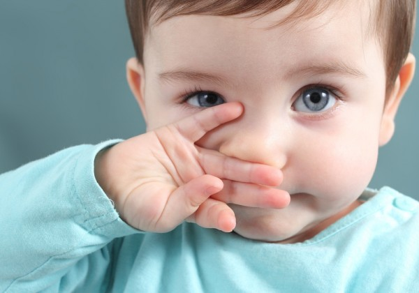 Nguy hiểm khôn lường khi nhỏ sữa mẹ vào mắt trẻ