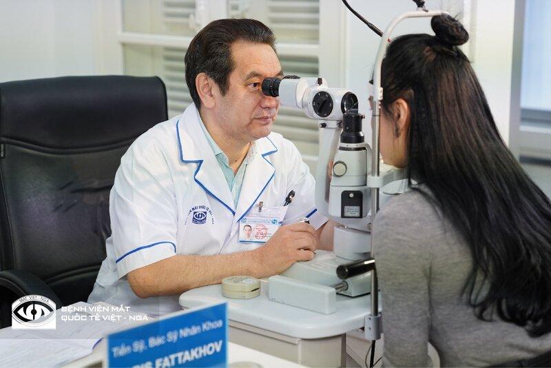 Bàn tay vàng phẫu thuật mắt của nước Nga chữa trị cho hàng ngàn bệnh nhân Việt Nam
